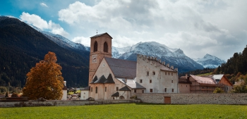 Exterieur van het St. Johann Klooster met bergen in Müstairfoto F Peters