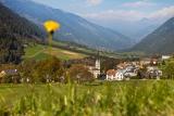 Het dorp Santa Maria met kerk in Val Müstair. foto F Peters