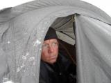 Twan in een tent tijdens een expeditie