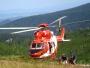 Een helikopter voert een reddingsactie uit in de bergen.