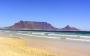 De Tafelberg in Kaapstad, gezien vanaf het strand aan de Atlantische Oceaan.