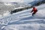 Een skiër begint aan een afdaling in de Zillertal Arena in Tirol, Oostenrijk.