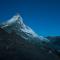 Matterhorn in het ochtendgloren. Klimmers zijn al op de berg.