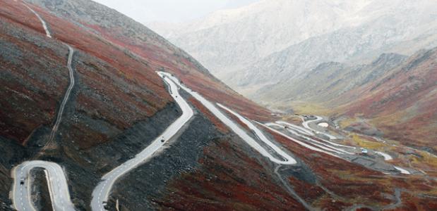 Auto's voor in de bergen