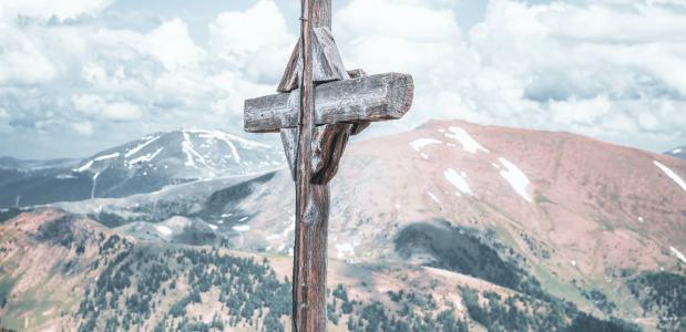 Bergtop met kruis