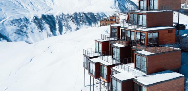 Hotel van zeecontainers in de Kaukasus