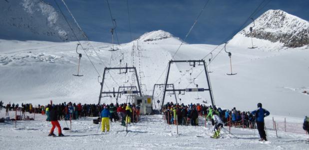 Veel mensen bij de skilift