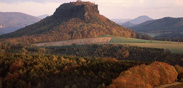 De Lilienstein-tafelberg in het Elbsandsteingebergte