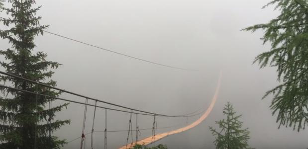 Videostill van de Aslpi-Titter Hängebrücke in aanbouw