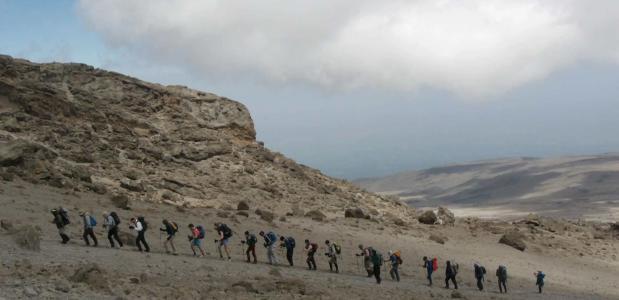 'Iceman' Wim Hof beklimt Kilimanjaro.