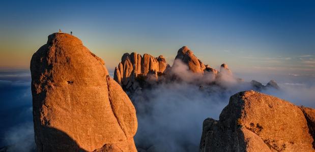 Montserrat_Cavall Bernat with climbers © Sergi Boixader