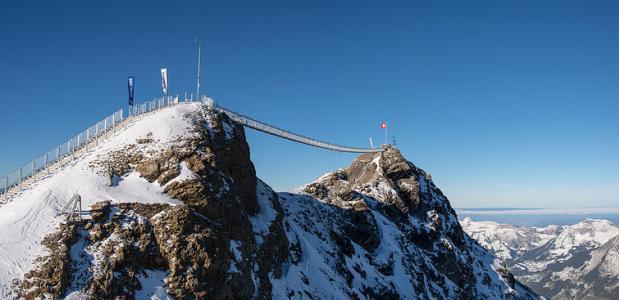 De hangbrug tussen twee bergtoppen. Foto: glacier3000.ch