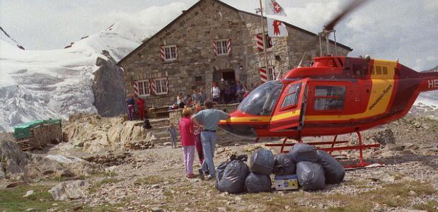 Een Zwitserse reddingshelikopter in actie.