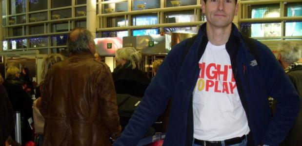 Robert de Vries op het vliegveld vlak voor zijn vertrek naar Chili