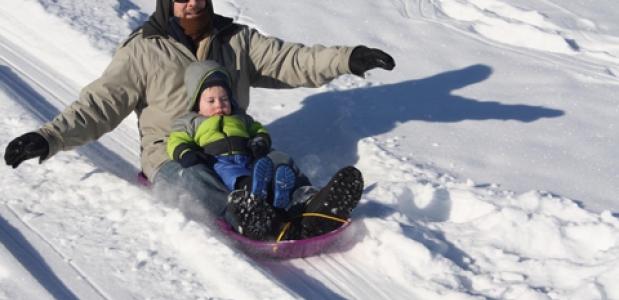 De sleebaan: sleeën, familiepret, wintersport