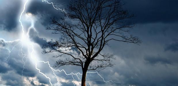 storm, bliksem en regen