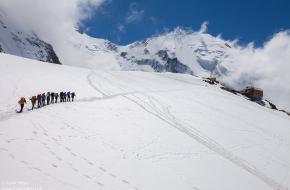Het Bergen Magazine team onderweg naar de Tete Rousse Hut - Frank Peters