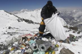 Afval opruimen op de Mount Everest. Foto Abd allah Foteih