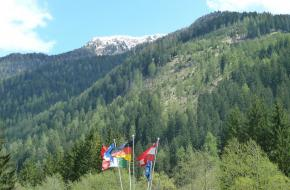 Bergen en vlaggen in Trentino. Foto freshcreator
