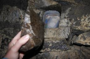 Een geocache in een verlaten tunneltje.