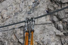 Klettersteigset aan een staalkabel.