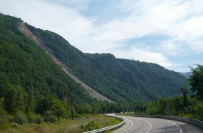 Een lege weg in Frankrijk; alpe d'huez. Foto rouleur lent