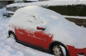 Een ondergesneeuwde auto
