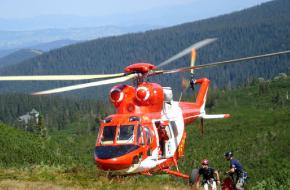 Helikopter voert bergredding uit in de bergen van Oostenrijk.