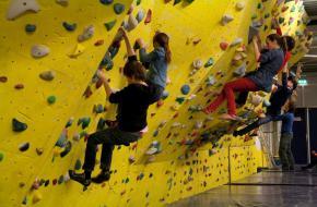 Kinderen op de boulderwand in Eindhoven