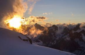 Foto: César González Palomo. Zonsopgang in de Alpen