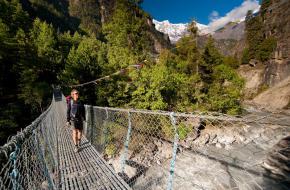 We verlaten via de hangbrug bij Koto de Annapurnatrek