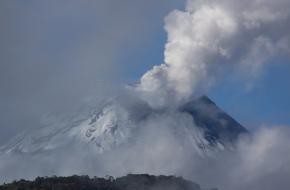 De zeer actieve vulkaan Tungurahua is weer uitgebarsten