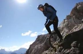 Op een eenwieler in de Dolomieten. Foto printscreen youtube