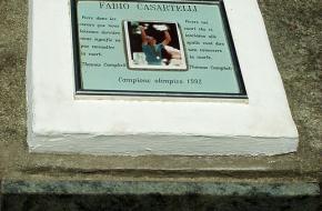 Monument voor Fabio Casartelli. Foto Peter Krsko via Wikipedia