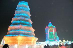 Een van de verlichte ijsgebouwen in Harbin - China. Foto Johan Bilien