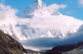 De K2 in de wolken. Foto Stuard Orford