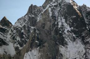 De berg Piz Cengalo waar de enorme rots vanaf stortte