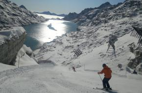 Een skiër op de Mölltaler Gletsjer in Oostenrijk.