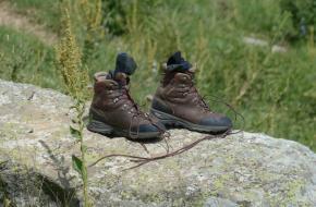Veters bergschoenen strikken
