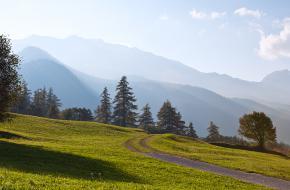 Wandelpad en bergen boven Santa Maria in Val Müstair. foto F Peters