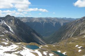 De bergketen in Nieuw-Zeeland - leidend naar Lake Angelus.