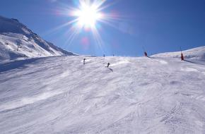 Skiërs dalen af op een skipiste in Oostenrijk