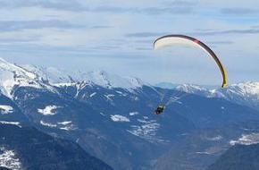 Paragliden van berg naar berg. Foto Leo-setä