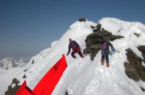 Een conceptfoto van de rubberboot op een berg