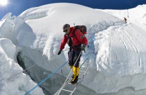 Wim tijdens zijn beklimming vorig jaar op de Manaslu