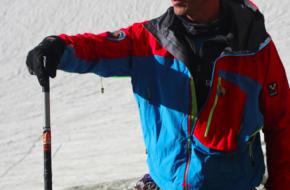 Berggids Edward Bekker vertelt de bergbeklimmers hoe ze een pickel gebruiken