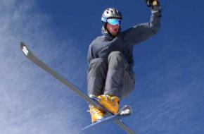 Een skiër maakt een stunt in de lucht
