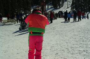 Een fout roze skipak op de piste. Foto choffee
