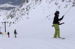 Een snowboarder gebruikt een sleeplift in Whistler