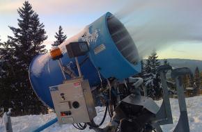 Een sneeuwkanon zorgt voor kunstsneeuw op een skipiste.
